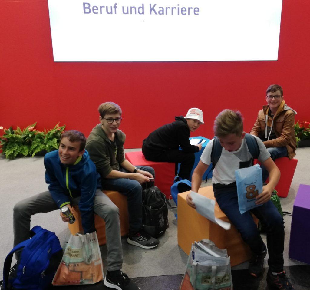 "4. Klassen besuchen Messe ""Jugend & Beruf"" in Wels"